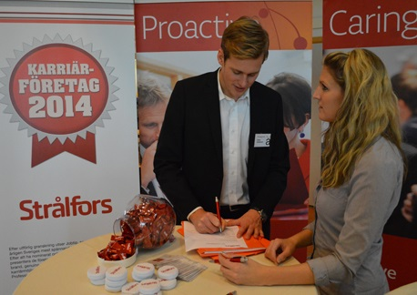 Oskar Andersson and Terese Åkesson at the job market fair, Linnaeus University in Växjö.
