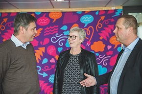 Hans Astermark (to the left), Key Account Manager at PostNord Strålfors, helps customers to find the right solutions.